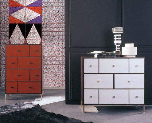 Ambientazione carta da parati rosso viola geometrico con arredo Porada*
